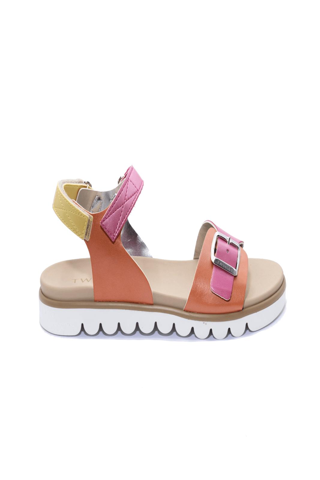 Un sandalo che regalerà colore ai look della tua bambina. TwinSet infatti, propone un modello semplice e colorato, da indossare a scuola, e per la sua routine quotidiana.