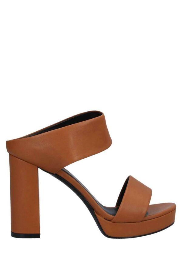 Un sandalo elegante, perfetto per le tue serate più esclusive, firmato Yosh. Realizzato in pelle, assicurerà stile, grazia anche al suo look semplice e curato. Da sfoggiare in abbinamento a abiti o pantaloni, per un aspetto davvero trendy.