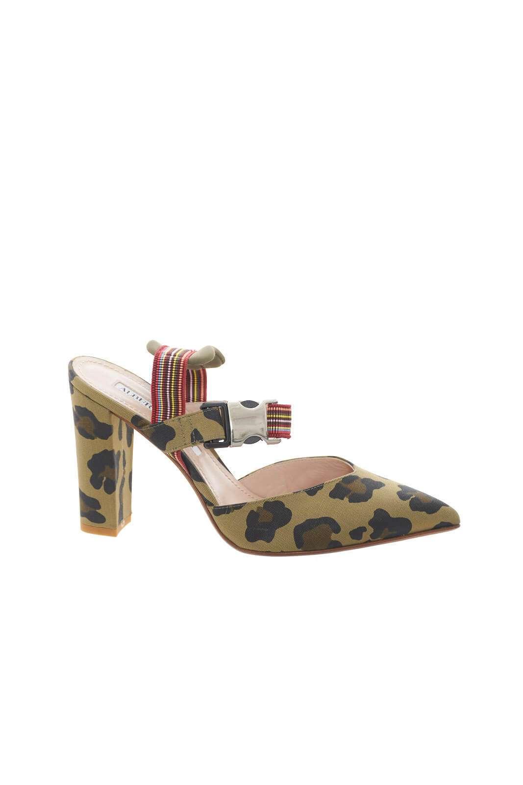 Una decolléte estrosa, perfetta per i tuoi outfit più accattivanti. Impreziosita da una fantasia maculata in contrasto di colore, la calzatura firmata Alberto Gozzi, renderà fashion ogni abbinamento, per un aspetto sempre alla moda.
